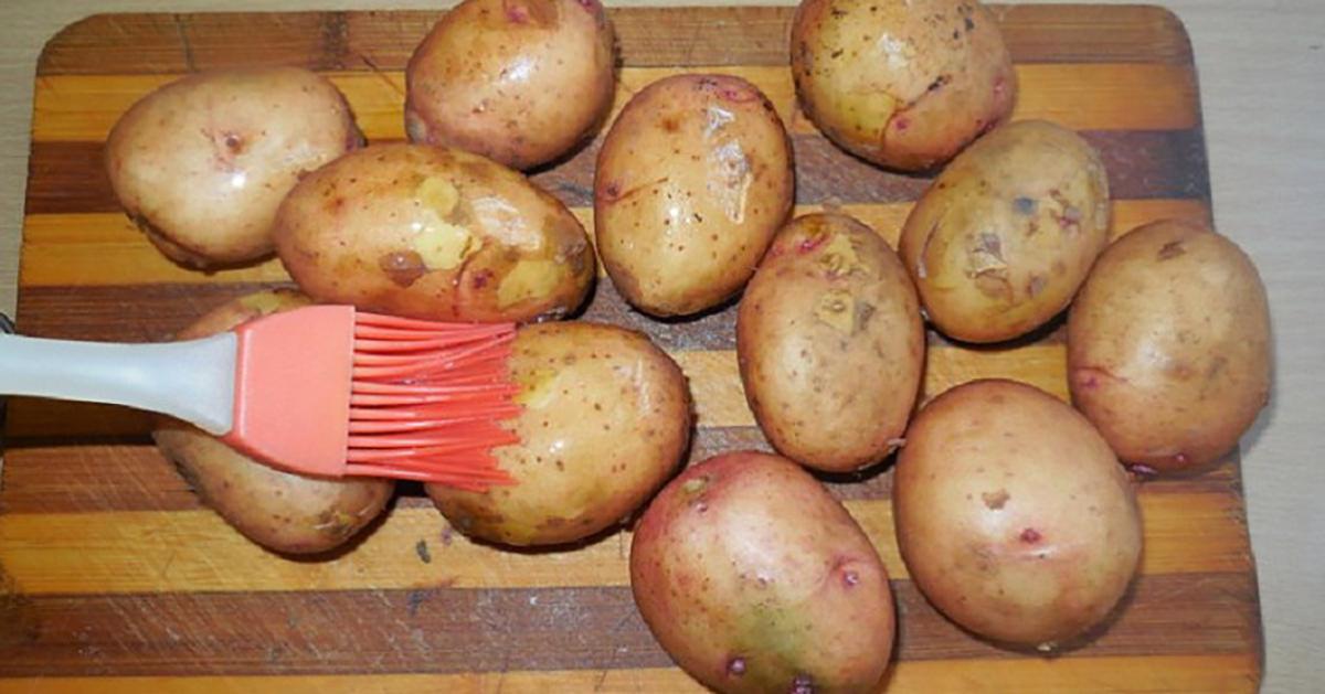 Cum se coc corect cartofii întregi: ies așa moi și apetisanți, încât poți să-i mănânci cu tot cu coajă!